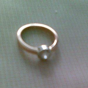 Срочно и не дорого продаю бриллиантовое кольцо